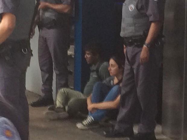 PM mantém manifestantes detidos após confusão em ato na Avenida Paulista (Foto: Lívia Machado/G1)