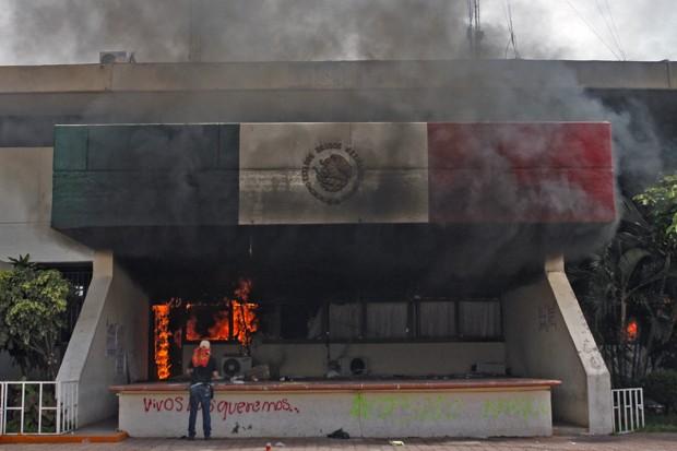 Fachada da prefeitura de Iguala, no México, após manifestantes colocarem fogo (Foto: Jesus Guerrero/AFP)