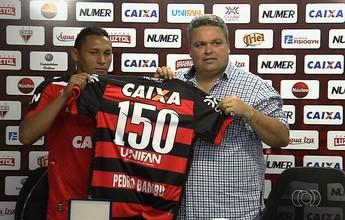 Com 150 jogos no Atlético-GO, Pedro Bambu é homenageado com placa