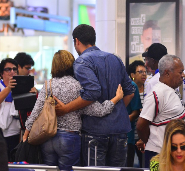Thiago Lacerda no aeroporto (Foto: William Oda/Agnews)