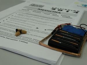 Nos vestibulares de medicina, os candidatos utilizavam um circuito via rádio e ponto eletrônico para receber o gabarito (Foto: André Lana/MPMG/Divulgação)