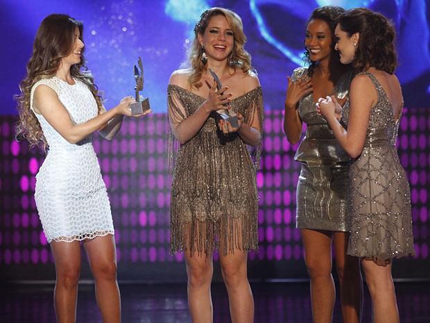 Trio recebe o prêmio de Paula Fernandes (Foto: Cheias de Charme / TV Globo)