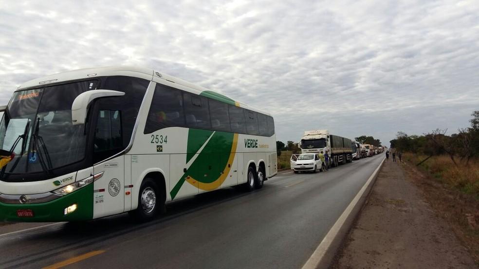 Bloqueio na BR-364 causou congestionamento ao longo da rodovia, em Mato Grosso (Foto: Rosi Medeiros/TVCA)