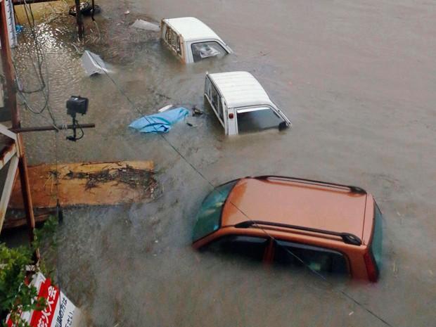 Carros ficam submersos em Kochi, na região oeste do Japão; tufão deixou um morto e dezenas de feridos no Japão (Foto: Reuters)