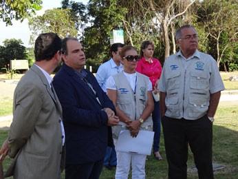 Jaime Brito (D) explica supervisão da Vigilância Sanitária (Foto: Katherine Coutinho/G1)