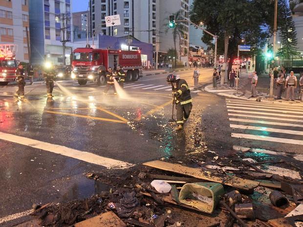Moradores da Favela do Moinho, no centro de São Paulo, fizeram uma manifestação na noite desta terça (25) e fecharam o Viaduto Rudge. O bloqueio, com barricadas, durou  cerca de 40 minutos (Foto: Reginaldo Castro/Estadão Conteúdo)
