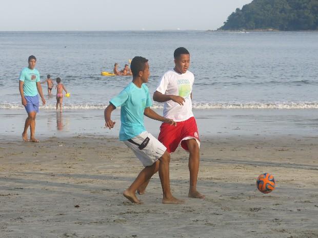Jan Carlos, de 18 anos e o menor apreendido jogaram futebol (Foto: João Paulo de Castro / G1)