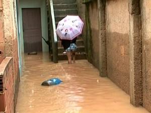 Em Castelo, casas foram atingidas pela água. (Foto: Reprodução/TV Gazeta)
