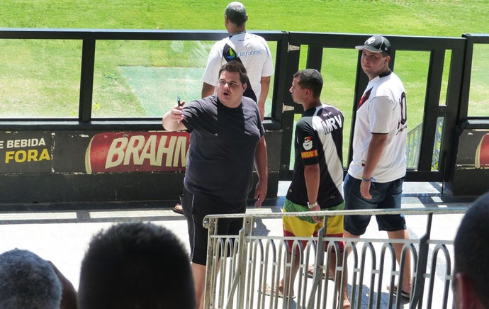 Treino do Vasco torcedor discutindo  (Foto: Raphael Zarko)