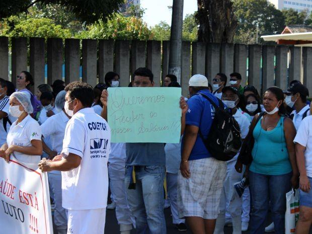 Trabalhadores reivindicam o pagamento de salários atrasados (Foto: Diego Toledano/G1 AM)