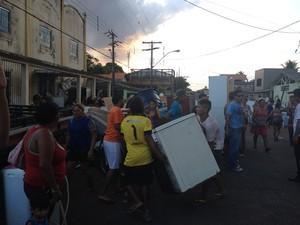Moradores tentam salvar bens materiais durante incêndio (Foto: Graziela Miranda/G1)