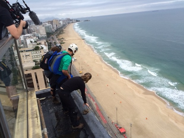Atletas analisam as condições para o salto no Rio (Foto: Matheus Rodrigues/ G1)