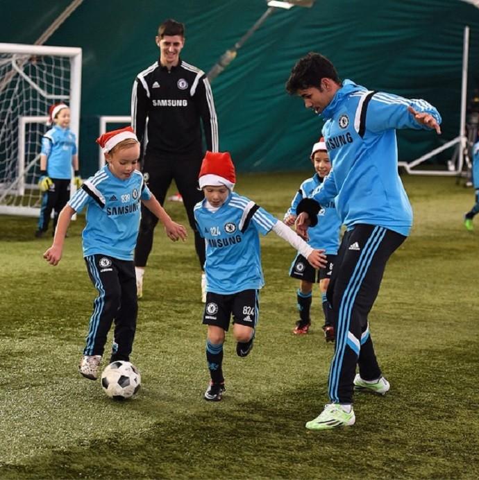 Diego Cosa e Courtois jogam com meninos do sub-8 do Chelsea