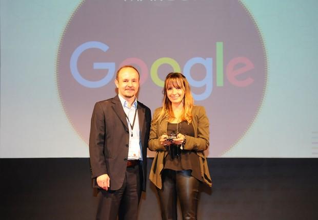 Lauren Pachaly, gerente de Marketing para o Consumidor no Brasil do Google, recebe o grande prêmio MarCo 2016 do diretor de redação de Época NEGÓCIOS, Darcio Oliveira (Foto: Rafael Jota/Editora Globo)