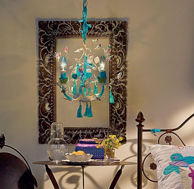 Cansou do estilo da sua luminária, mas também não quer se desfazer dela? Faça uma pequena restauração no objeto decorando-o com borboletas de feltro, flores com arame flexível e pingentes.  (Foto: Dulla/Casa e Jardim)