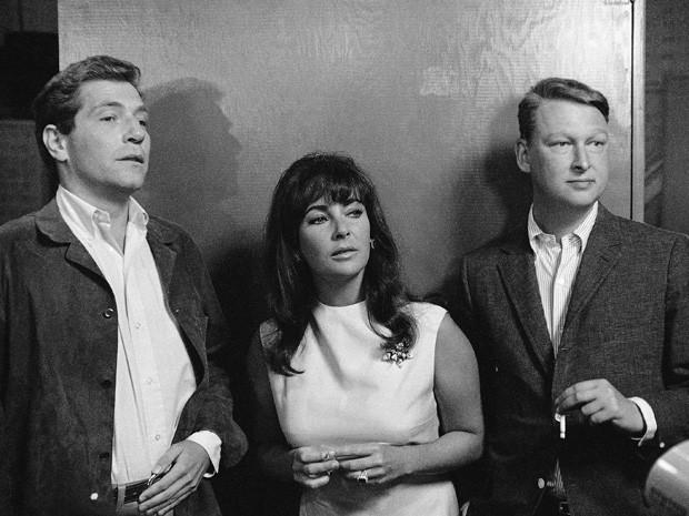 Os atores Elizabeth Taylor e George Segal, e o diretor Mike Nichols, à dir., no set de 'Quem tem medo de Virginia Woolf?' (Foto: AP Photo/File)