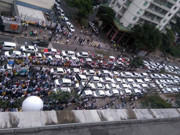 Manifestação de taxistas contra Uber trava ruas do Centro de São Paulo (Foto: Carolina Dantas/G1)