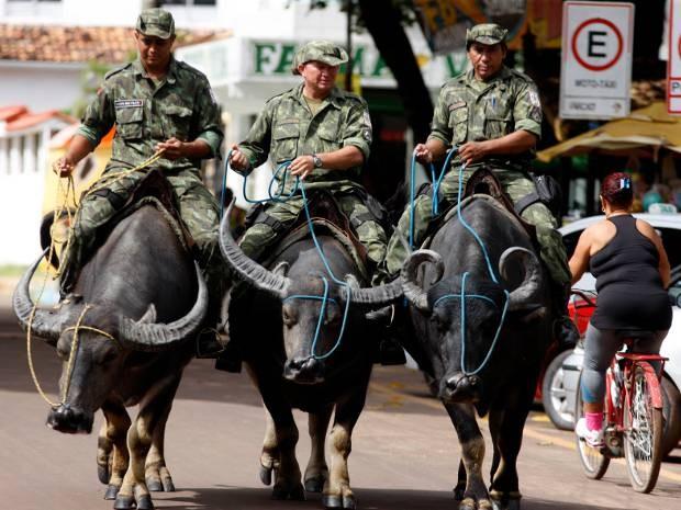 Policias militares pelas ruas de Soure, na Ilha do Marajó. (Foto: Sidney Oliveira/Agência Pará)