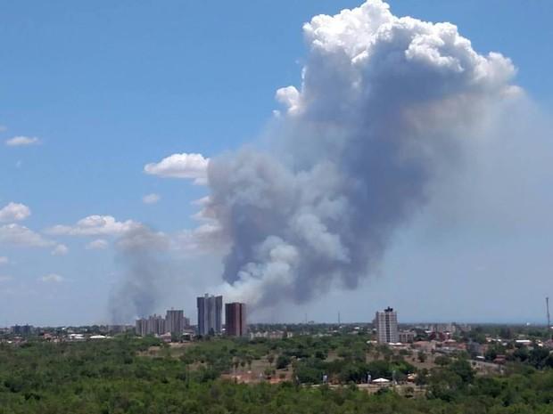 Fumaça causada por incêndio em uma área de mata na região sul de Palmas (Foto: Divulgação/ Ana Caroline Ribeiro)