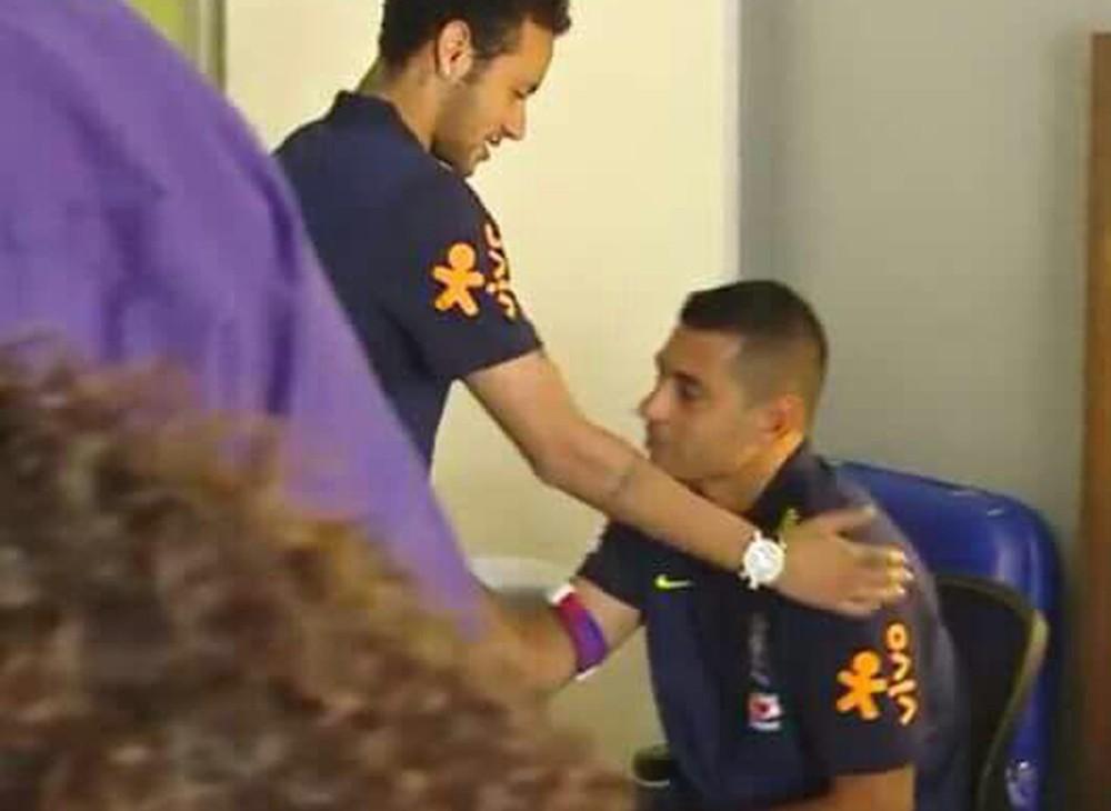 BLOG: Diego Souza atende fãs na concentração da Seleção