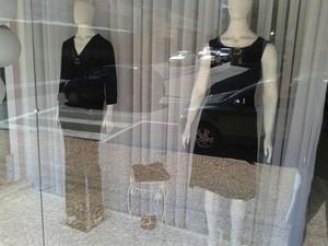 Vitrines estavam com roupas pretas em Assis (Foto: Leonardo Noronha/Divulgação)
