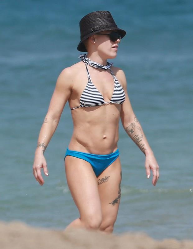 Pink exibe boa forma em praia em Miami, nos Estados Unidos (Foto: Grosby Group/ Agência)