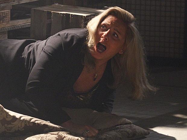 Irina se desespera com os tiros (Foto: Salve Jorge/TV Globo)
