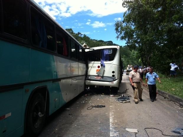 Acidente ocorreu no km 245 da Dutra, por volta de 11h30 (Foto: Kenia Pinheiro/TV Rio Sul)