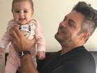 Luigi Baricelli se diverte com a netinha, Helena, em vídeo fofo