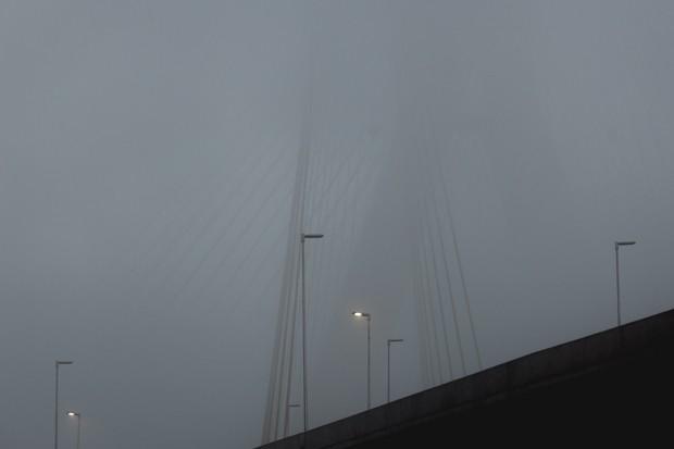Ponte Estaiada em meio à forte neblina durante o amanhecer em São Paulo (Foto: Marcelo Brandt/G1)
