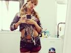 Dany Bananinha usa short curtinho e barriga de fora para gravar 'Caldeirão'