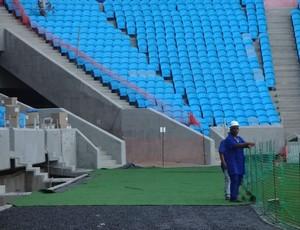 Grama sintética é colocada atrás da linha de fundo da Arena (Foto: Hector Werlang/Globoesporte.com)