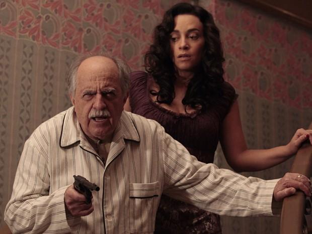 Coriolano pega revólver para investigar barulho suspeito (Foto: Gabriela / TV Globo)