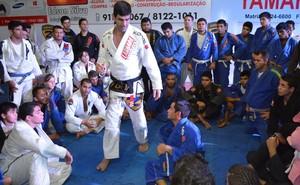 Cavaca passando dicas para passar a guardar com eficiência (Foto: Tércio Neto/GloboEsporte.com)