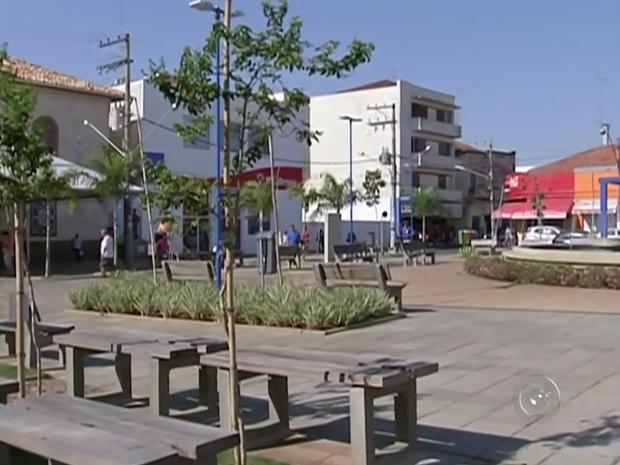 Largo dos Amores em Itapetininga sofre com calor devido a falta de árvores (Foto: Reprodução/TV TEM)