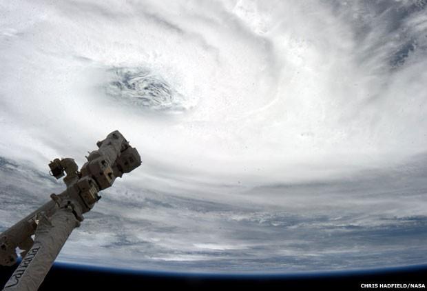 Acima, o ciclone tropical Haruna e o braço Cadadarm2 (Foto: Nasa/BBC)