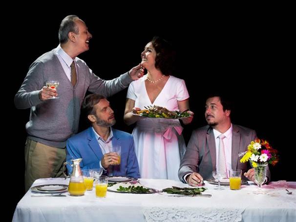 Durante o jantar, revelações sobre o passado causam desconfortos nos familiares (Foto: Paprica Fotografia)
