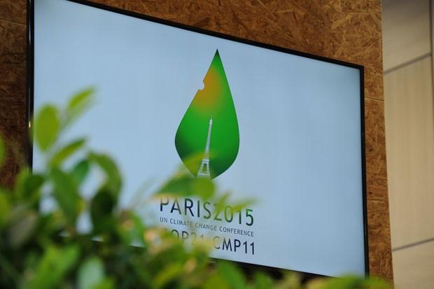 Logotipo da COP 21, que vai acontecer em Paris, é exibido durante a reunião de Bonn, onde diplomatas trabalharam no esboço do novo acordo global contra a mudança do clima (Foto: Divulgação/UNFCCC)