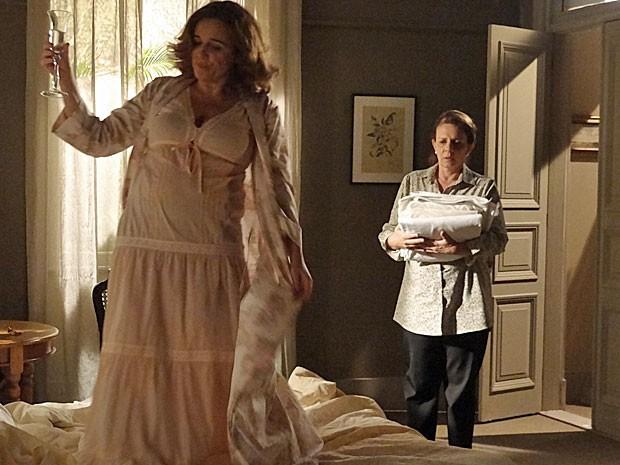 Teresa fica chocada ao ver Solange dançando em cima da cama (Foto: Amor Eterno Amor/TV Globo)