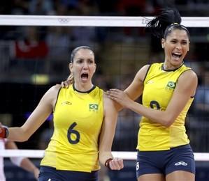 Thaisa Menezes e Jaqueline Carvalho comemoram ponto em partida do Brasil contra a Turquia (Foto: Jeff Roberson/AP)