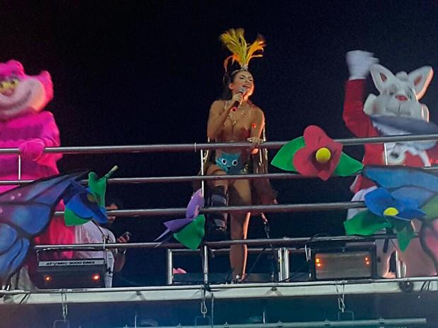 Ao lado de personagens de Alice no País das Maravilhas, Alinne Rosa agita foliões no carnaval de Salvador (Foto: Patrícia Oliveira/G1)