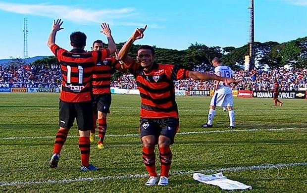 Ernandes meia Atlético-GO (Foto: Reprodução/TV Anhanguera)