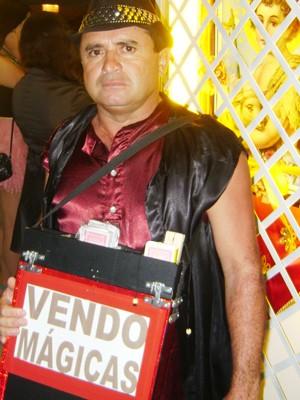 Mágico aproveita para ganhar dinheiro durante o São João de Campina Grande (Foto: Rafael Melo/G1)