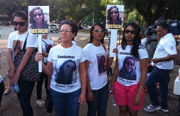 Grupo se reuniu para pedir respostas sobre mortes de mulheres, em Goiânia (Foto: Fernanda Trigueiro/TV Anhanguera)
