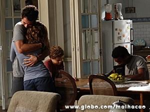 Ben dá um abraço emocionado em Anita (Foto: Malhação / TV Globo)