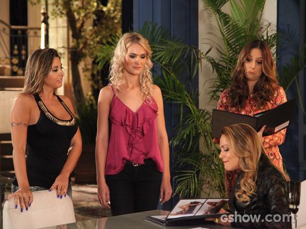 Shirley contrata go-go girls para aniversário de Leto (Foto: Em Família / TV Globo)