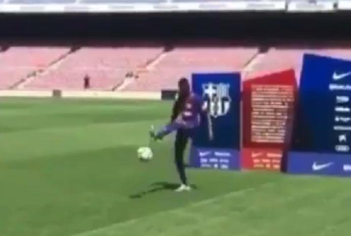 BLOG: Dembelé tenta mostrar habilidade e falha na apresentação à torcida do Barça