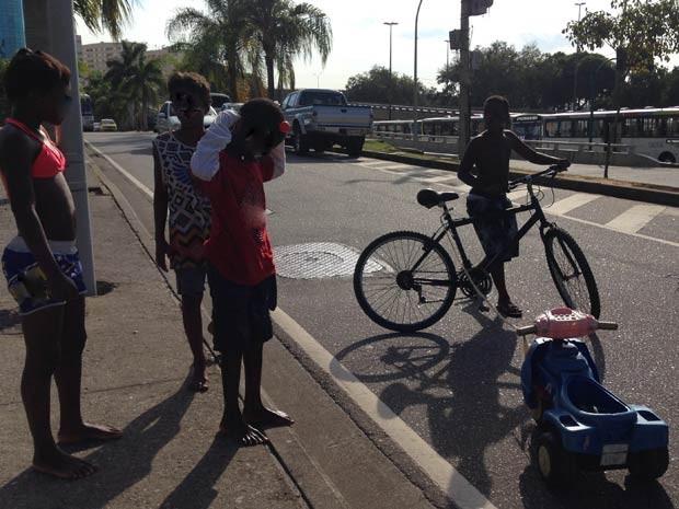 As crianças e o velocípede (Foto: Káthia Mello/G1)