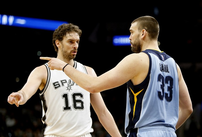 Os irmãos espanhóis Paul Gasol, do San Antonio Spurs, e Marc Gasol, do Memphis Grizzlies (Foto: Getty Images)