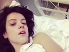Internada, Lily Allen faz 'selfie' em cama de hospital